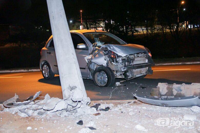Jovem bate carro em poste após animal entrar na frente do veículo - Crédito: Marco Lúcio
