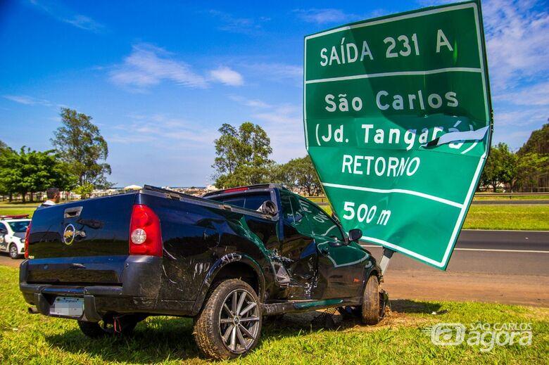 Montana é atingida por Onix e bate em placa de sinalização na Washington Luiz - Crédito: Marco Lúcio
