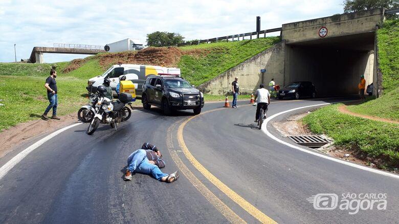 Atenção motociclistas: mancha de óleo embaixo do pontilhão do Jockey Clube - Crédito: Colaborador/SCA