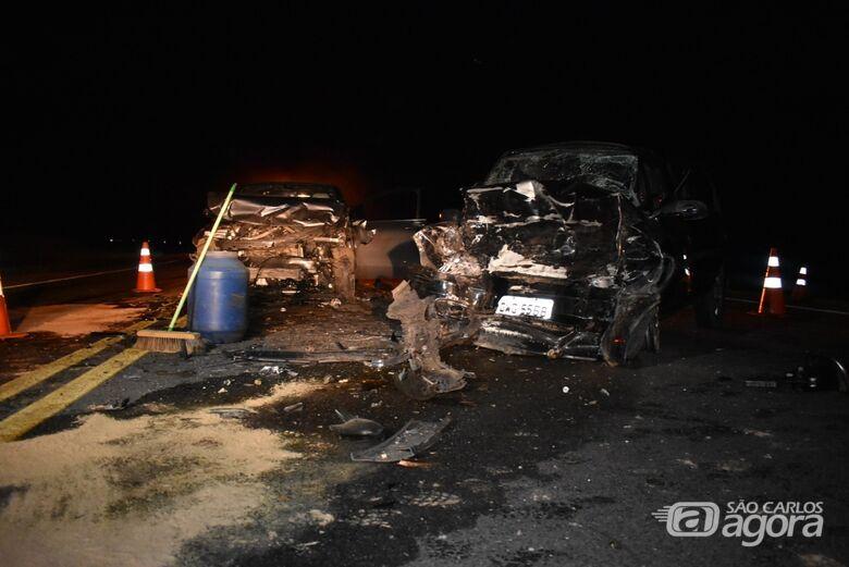 Carros ficaram com a frente destruidas após a colisão. - Crédito: Maria Clara Cunha Canto/Portal da Cidade Mogi Mirim
