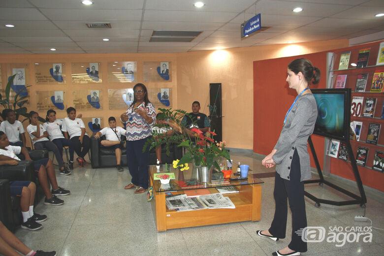"""Biblioteca do IFSC/USP recebe jovens do """"Projeto Pequeno Cidadão"""" - Crédito: Divulgação"""