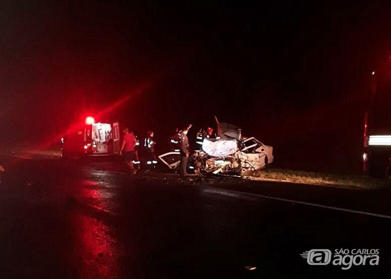 Veículos ficaram destruídos após choque frontal - Crédito: Repórter Naressi