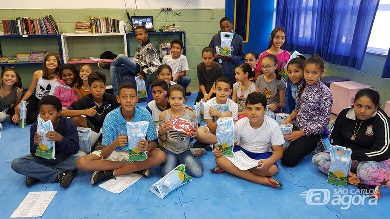 Dia de festa nas escolas de São Carlos: alunos ganham bombons pelo Dia das Crianças -