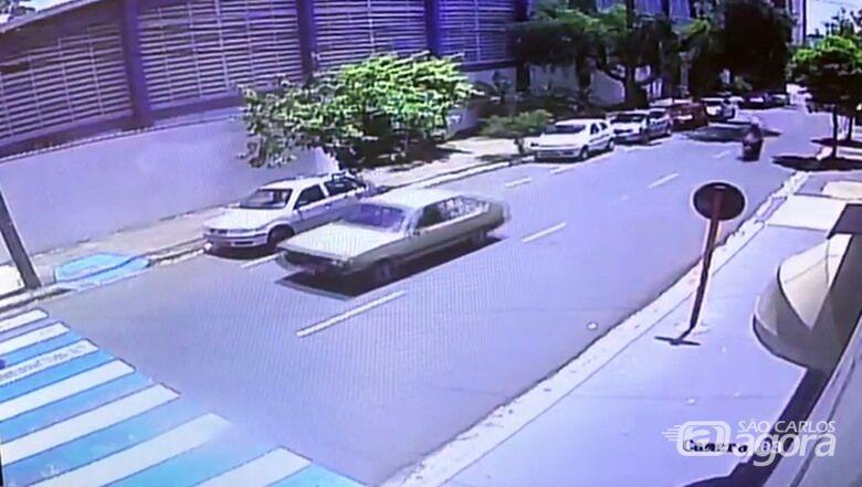 Câmera de segurança flagra acidente com socorrista do Samu. VÍDEO - Crédito: Reprodução