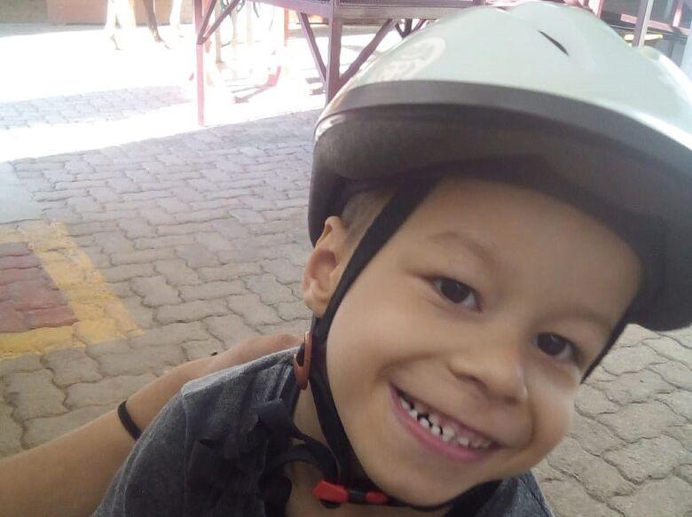 Campanha irá ajudar criança com paralisia cerebral e que necessita de cadeira adaptada e andador - Crédito: Divulgação