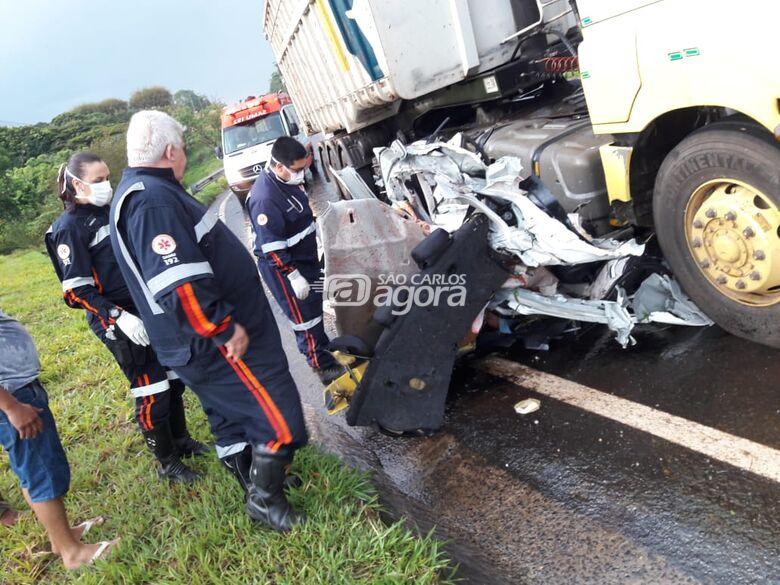 Carro fica destruído e casal morre em acidente em frente à Latam - Crédito: São Carlos Agora