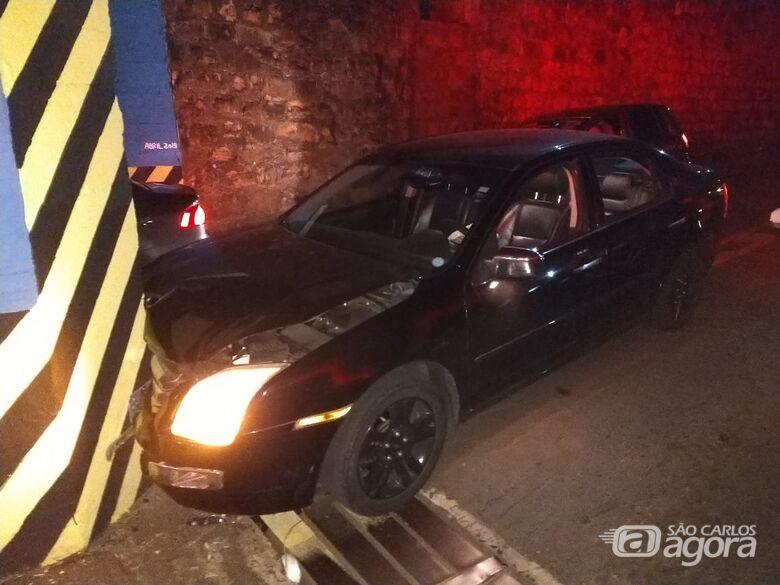 Jovem bate carro em muro que divide o pontilhão da Travessa 8 - Crédito: Luciano Lopes