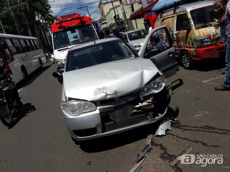 Colisão entre três carros 'para' a Avenida São Carlos no centro - Crédito: São Carlos Agora