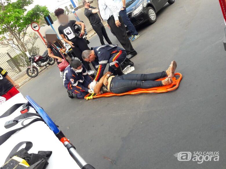 Carro avança pare e acerta motociclista na Vila Prado - Crédito: São Carlos Agora