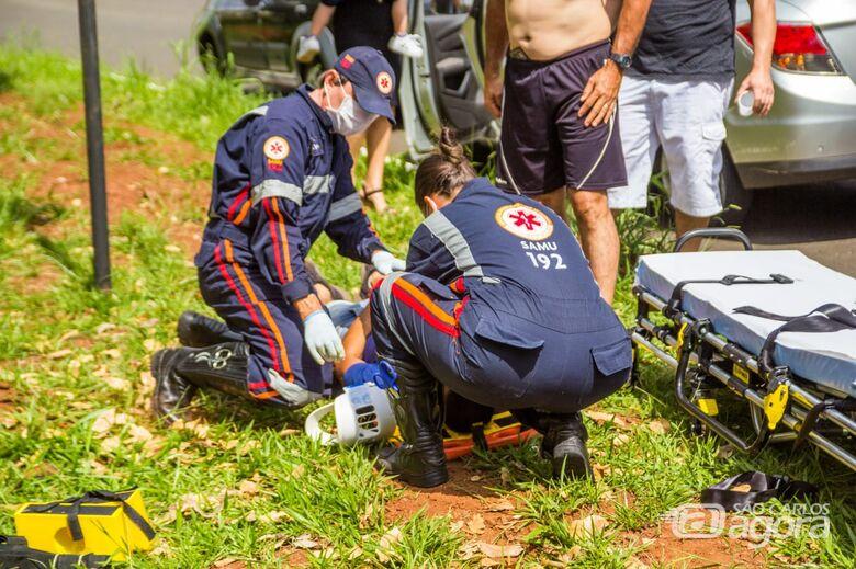Motociclista bate em árvore e é arremessado a cerca de 15 metros - Crédito: Marco Lúcio