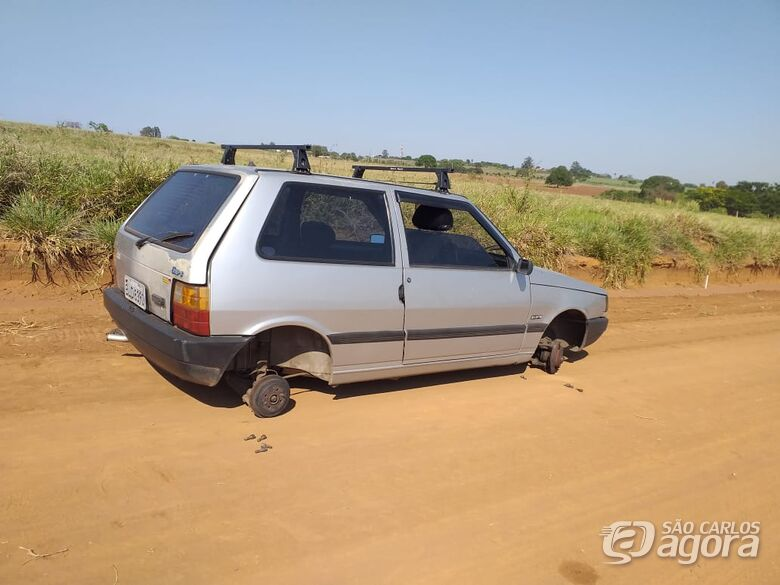 Uno é localizado pela PM sem rodas, bateria e estepe - Crédito: Marco Lúcio