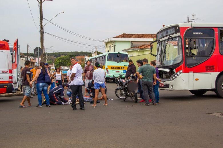 Motociclista não respeita o pare e provoca acidente no Cruzeiro do Sul; VÍDEO - Crédito: Marco Lúcio