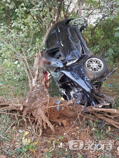 Jovem perde a vida após colidir contra árvore em Matão -