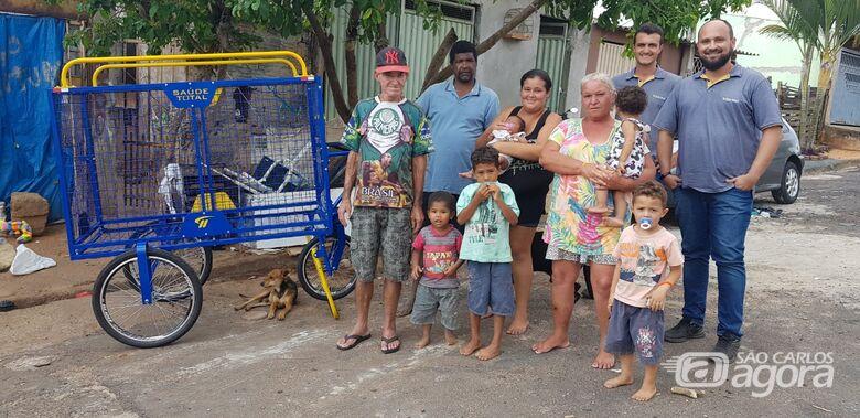 Empresa de Jaboticabal faz entrega de carrinho para avós recicladores em São Carlos - Crédito: Divulgação