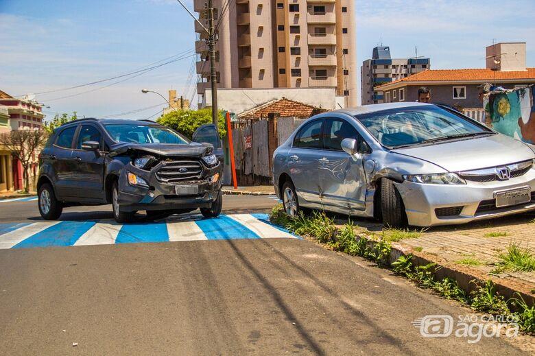 Motorista avança pare e bate em carro no Centro - Crédito: Marco Lúcio