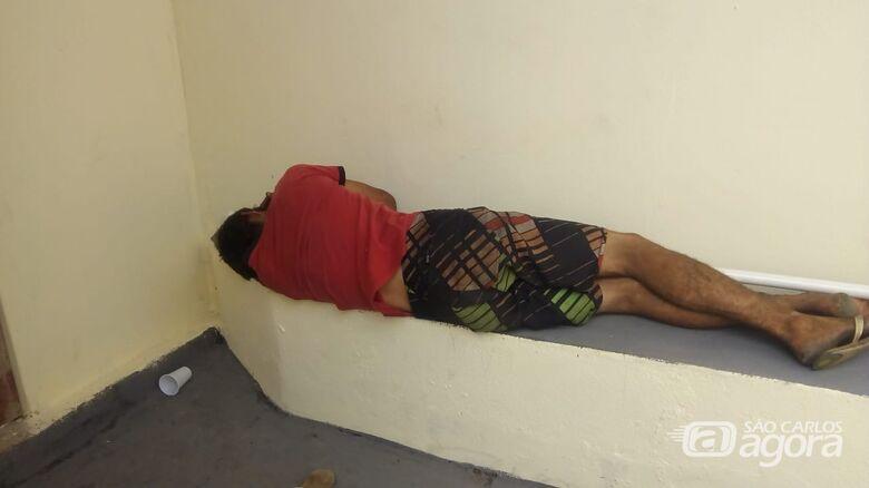 Desempregado é flagrado em telhado tentando furtar fios; era procurado pela Justiça - Crédito: Divulgação
