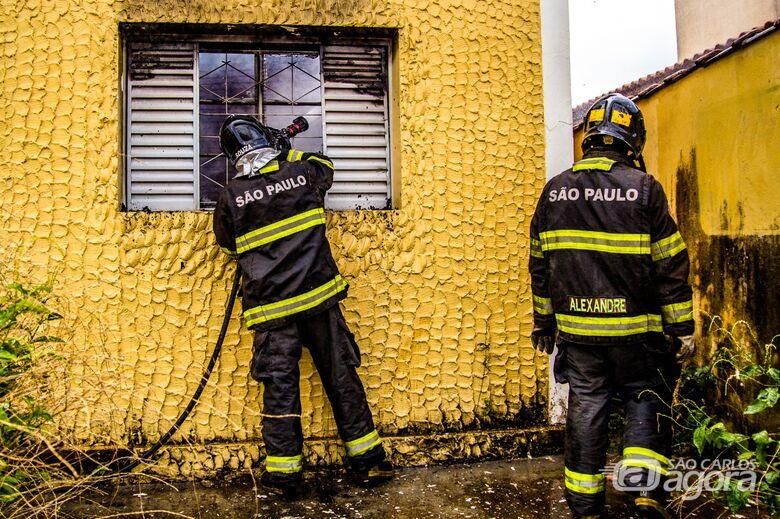 Casa abandonada e frequentada por desocupados pega fogo na Vila Prado - Crédito: Marco Lúcio