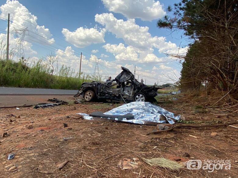 Jovem morre e outro fica em estado grave após bater em árvores na estrada municipal de Gavião Peixoto - Crédito: Araraquara 24 Horas