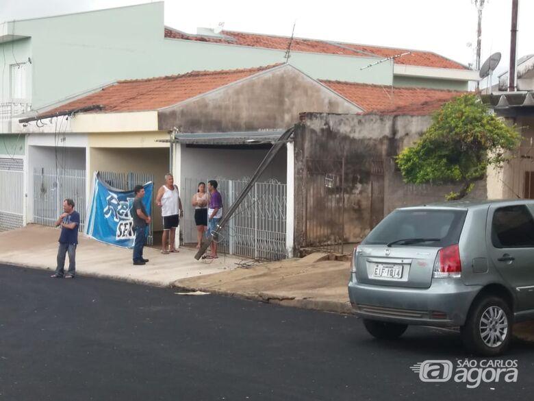 Caminhão danifica fiação e derruba postes de residências no Parque Primavera - Crédito: Colaborador/SCA