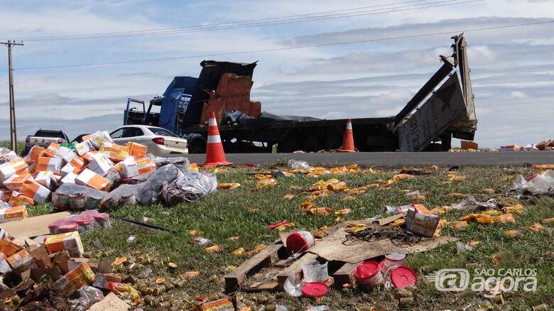 Caminhão carregado de palmito e azeitona tomba na Washington Luis - Crédito: Maurício Caporaso/Rota das Notícias