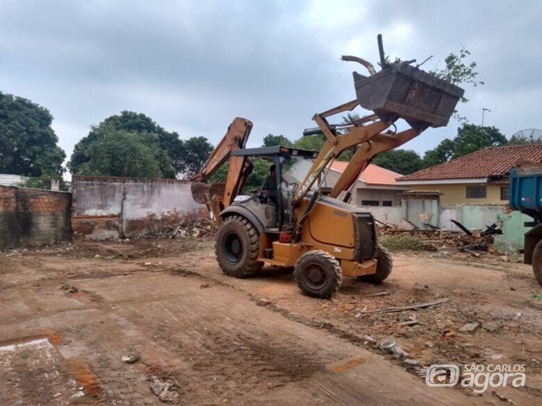Casas abandonadas são demolidas após intervenção do Departamento de Fiscalização e Secretaria de Segurança Pública -