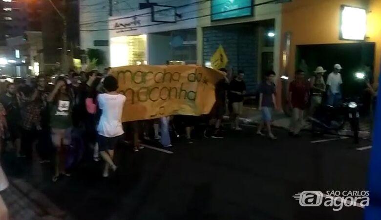 Pouco mais de 50 pessoas favoráveis a legalização da maconha percorreram algumas ruas do centro - Crédito: Reprodução