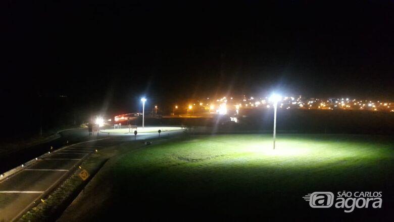 Após destinação de emenda do vereador Edson Ferreira, rotatória do Parque Novo Mundo é iluminada - Crédito: Divulgação