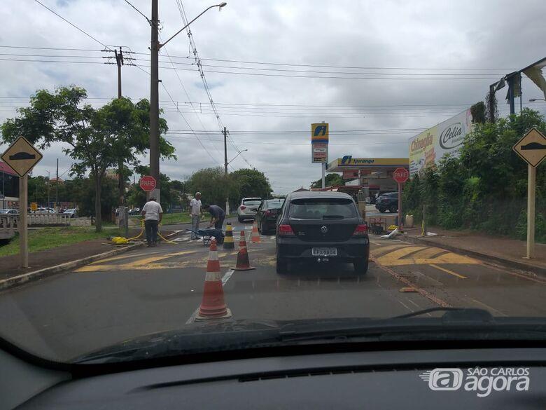 Funcionários da Prefeitura trabalham para instalar semáforo na esquina da COmendor com avenida Comendador Alfredo Maffei - Crédito: São Carlos Agora