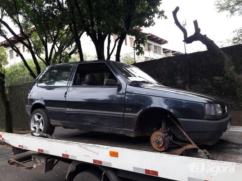 Carro furtado é localizado sem as rodas em estrada de terra - Crédito: Maycon Maximino