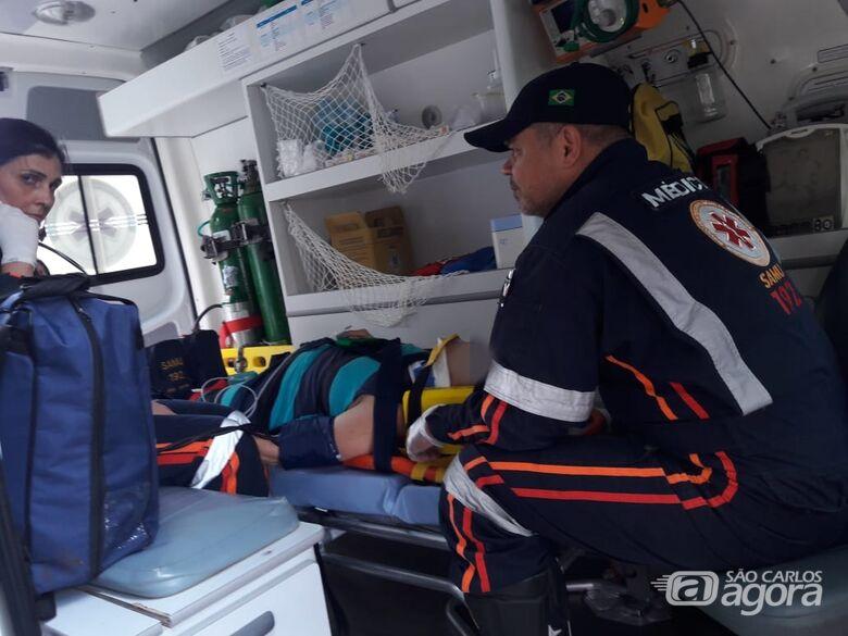 Mulher sobe em sacada para pegar lichia e sofre queda - Crédito: Maycon Maximino