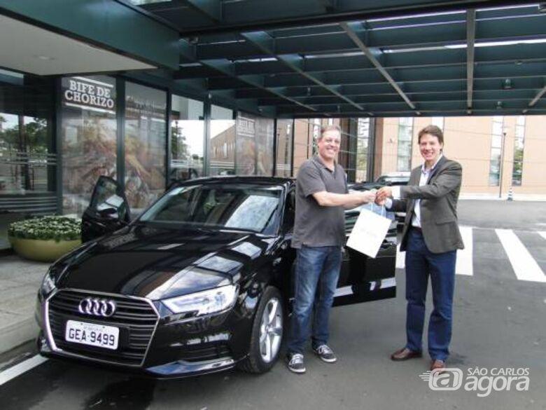 Ganhador do ano passado recebendo seu Audi A3 - Crédito: Divulgação