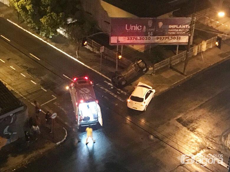 Carro capota após colisão no Centro - Crédito: Colaborador/SCA
