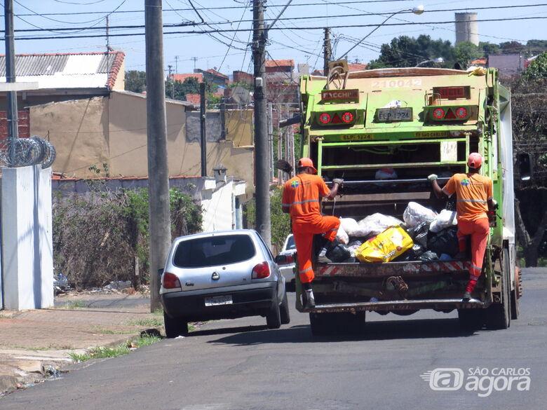 Caminhão da São Carlos Ambiental recolhe o lixo pelas ruas de São Carlos - Crédito: Arquivo/SCA