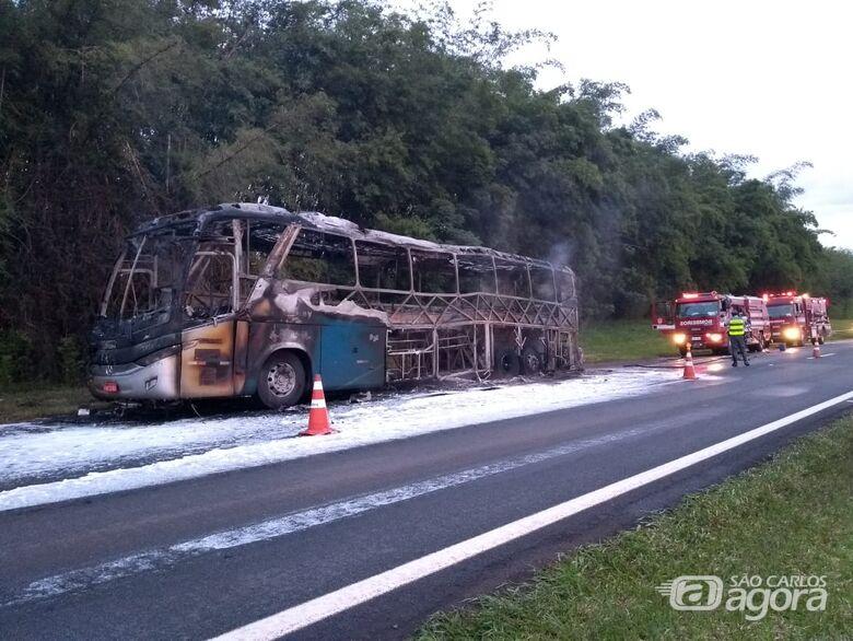 Ônibus da Cometa é destruído por incêndio na SP-330; veja vídeo - Crédito: Repórter Beto Ribeiro