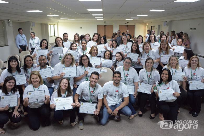 Colaboradores da Unimed São Carlos se capacitam para atendimento em Libras - Crédito: Divulgação
