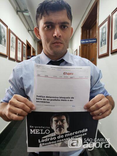 Vereador Leandro Guerreiro segura cartaz com acusações contra ex-prefeito - Crédito: SCA