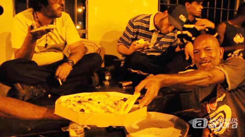 Em ação social, amigos doam pizzas para moradores de rua em São Carlos - Crédito: Divulgação