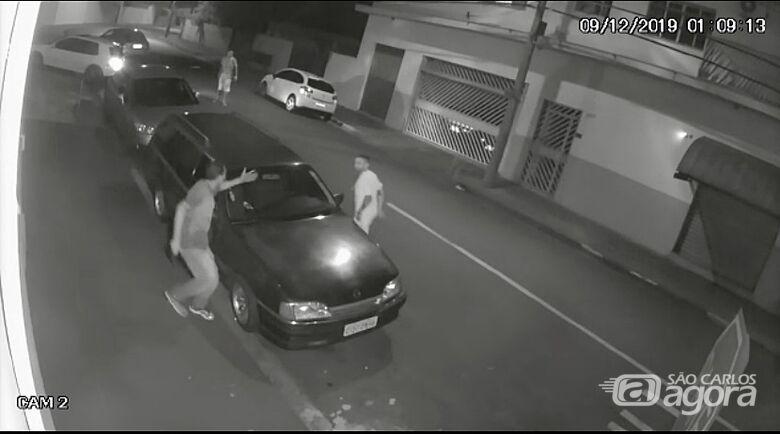 Câmera de segurança registra acidente e esfaqueamento na Vila Nery - Crédito: Reprodução