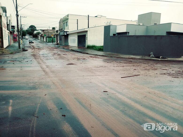 Lama invade ruas no Azulville II e irrita moradores - Crédito: Marcos Escrivani