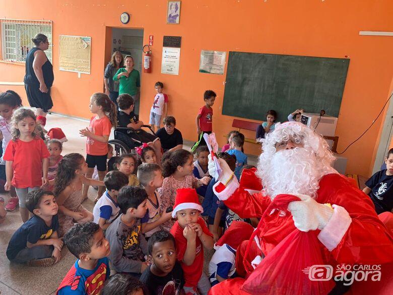 Comerciante Papai Noel faz a alegria de crianças em Cemei em São Carlos - Crédito: Marcos Escrivani