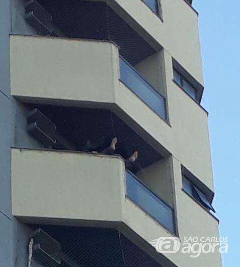 Populares impedem que homem se atire da janela do quinto andar - Crédito: Marco Lúcio