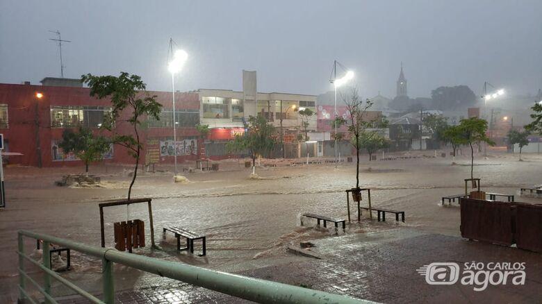 A chuva mais forte dos últimos seis anos traz mais destruição ao centro de São Carlos - Crédito: Maycon Maximino