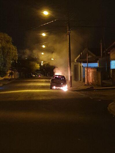 Carro ficou destruído após ser atingido pelo fogo - Crédito: Colaborador/SCA