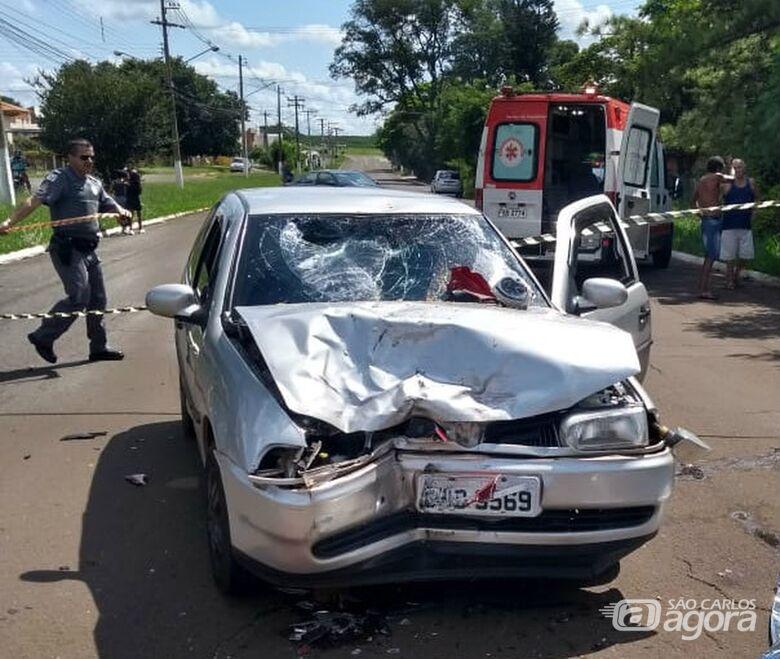 Gol ficou com a frente destruída após ser atingido pela motocicleta - Crédito: Corpo de Bombeiros