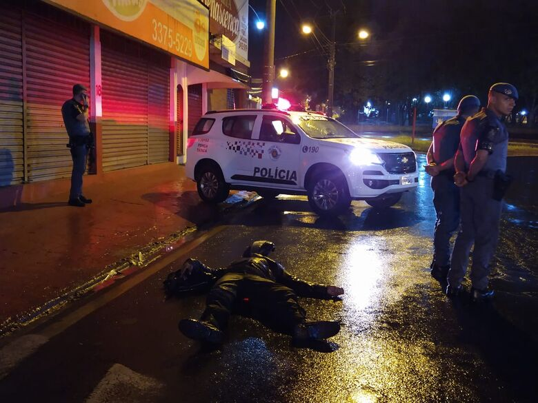 Motociclista ficou ferido após escorregar em faixa de pedestres - Crédito: Luciano Lopes