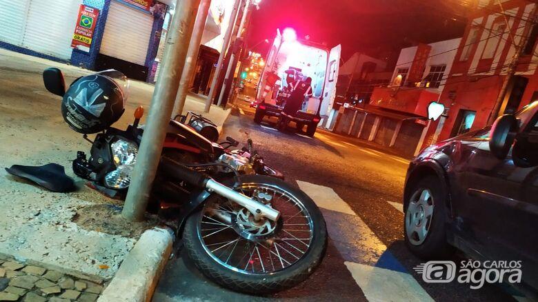 Moto ficou caída após a colisão - Crédito: Maycon Maximino