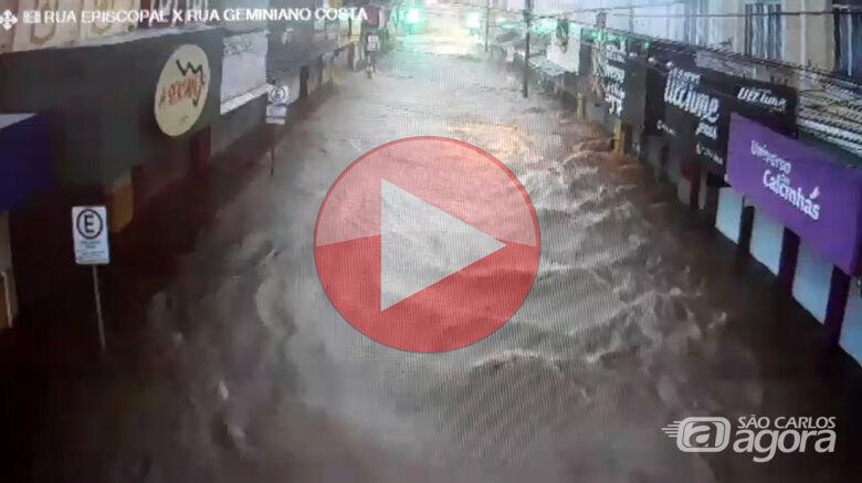 Veja vídeos das inundações causadas pela chuva em São Carlos -