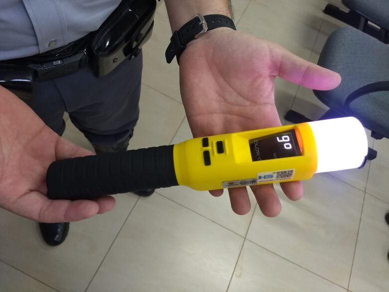 Policial exibe bafômetro passivo - Crédito: Repórter Naressi