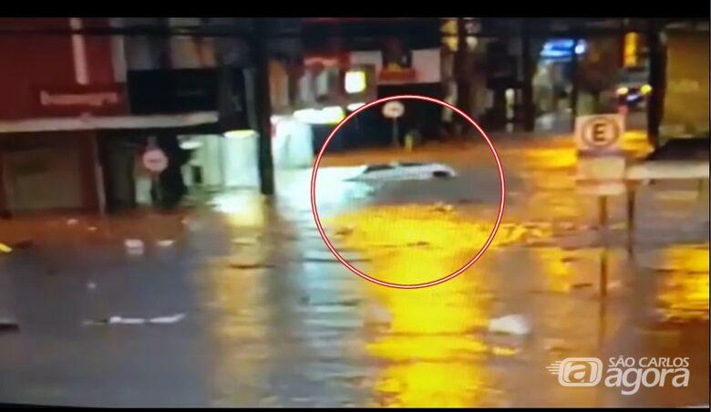 Vídeo mostra carro sendo arrastado durante enchente no Centro - Crédito: Reprodução