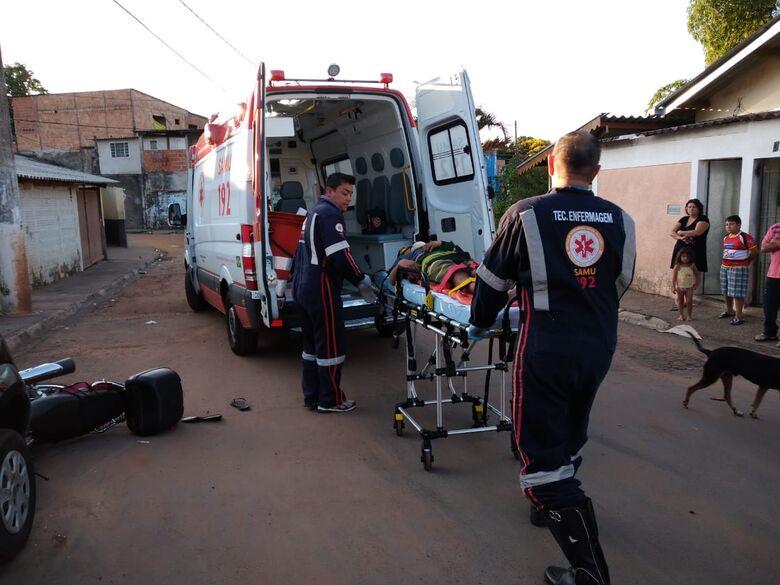 Motociclista sendo socorrido pelo Samu - Crédito: São Carlos Agora